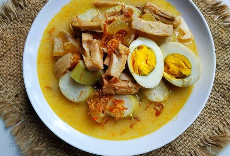 Masakan Lezat Ayam Gulai Sayur Lontong